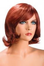 Perruque Victoria rousse : Perruque rousse aux cheveux mi-longs ayants un aspect naturel. Elle à une jolie mèche à l'avant.