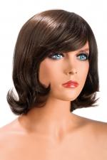 Perruque Victoria châtain : Perruque châtain aux cheveux mi-longs ayants un aspect naturel. Elle à une jolie mèche à l'avant.