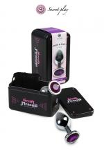 Plug aluminium M Violet : Plug anal en métal de la marque espagnole Secret Play. D'une longueur de 8,5 cm et un diamètre de 3,5 cm sa forme est étudiée pour procurer d'intenses sensations. Il est décoré d'un strass violet.